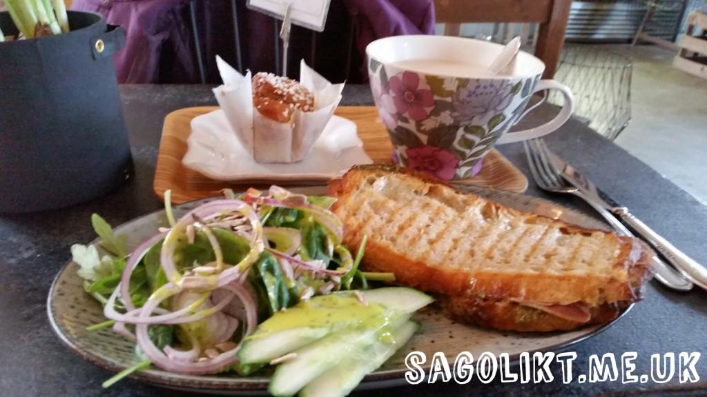 Varm surdegssmörgås och surdegsbulle som avnjuts på Café Flora i Ljungskile.